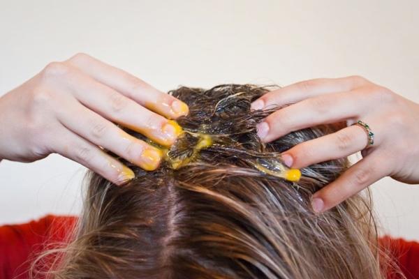 Втирание яичного желтка в корни головы